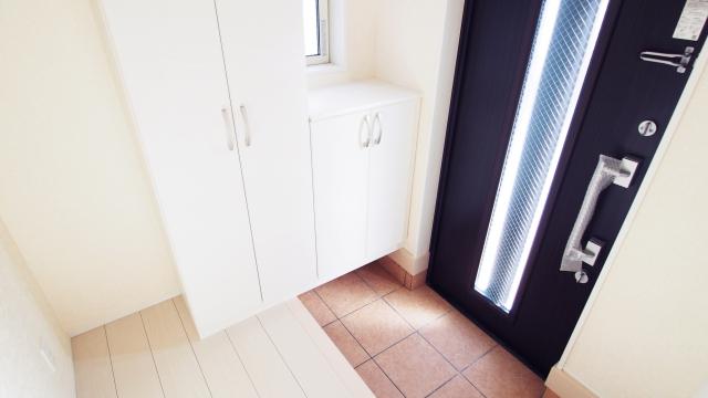 玄関を開けて、右に玄関収納がある場合の移動動線