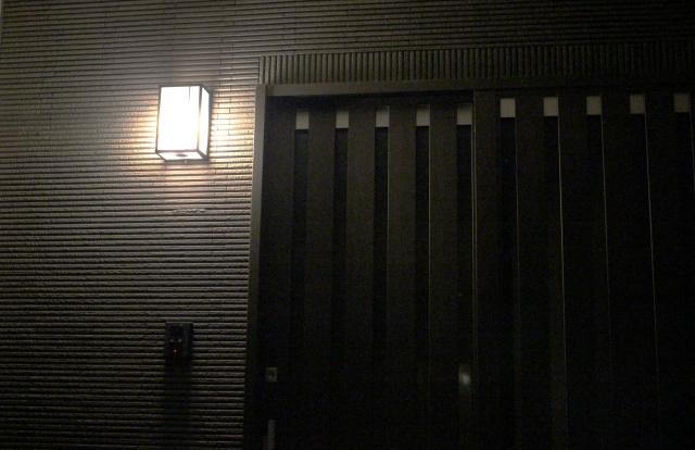 中と外の連動型または時間でセキュリティ用の点灯をする照明を使う