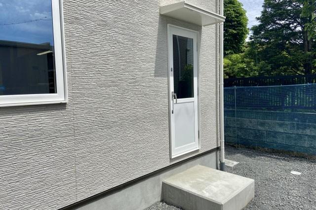 新築キッチン勝手口周辺に必要な状況確認 屋外に屋根があるか?