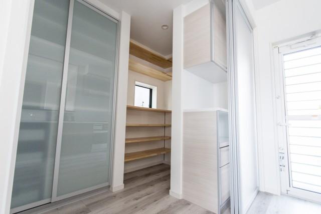 キッチンパントリー広さを成功させるコツ 収納棚の奥行設定