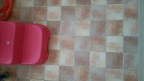 新築トイレの壁紙を引き立てる床材の選び方