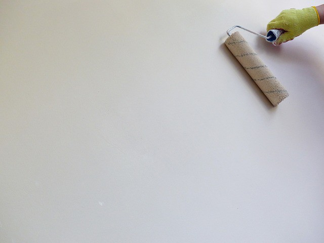 白い壁紙と茶色の比較ポイント