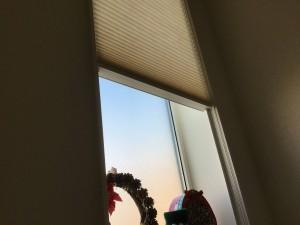 吹き抜け窓カーテン代用シェード実例画像