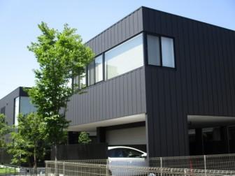 ガルバリウム外壁黒の家