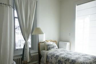 ベッドルーム家具とカーテン